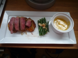 Steak with almond green beans and a béarnaise sauce.